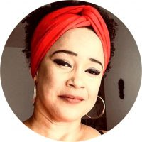 É Licenciada e Mestra em Educação Musical pela Universidade Federal da Bahia. Professora de Arte e Música na Educação Básica desde 1997. Desenvolve projetos no ensino de música numa perspectiva decolonial com ênfase na educação étnico-racial, lei 10.639/03 africanidades e culturas jovens urbanas, em especial a cultura Hip-Hop. Desde 2006 é professora efetiva de Arte na rede municipal de Jundiaí, SP. Atualmente é doutoranda no Programa de Pós-graduação em Educação da USP e sua pesquisa busca analisar a prática docente de professores polivalentes de Arte e sua relação com a lei 10.639/03.