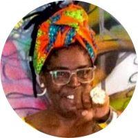 Nenesurreal, é graffiteira, mulher preta, periférica, avó, uma multiplicadora, no que tange ao processo de economia solidária, artista plástica, artesã, educadora social, escultora, pintora, artista visual, criadora da grife NeneSurreal (roupas pintadas na técnica do graffiti para todas as mulheres, especialmente para as plus size).
