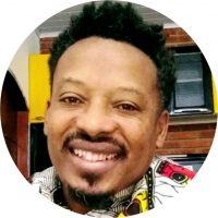 """Gildean Silva """"Panikinho"""" É Mc/Rapper, Ativista e Pesquisador da cultura Hip-Hop, Arte-educador Popular, graduado em Pedagogia pela Universidade Presbiteriana Mackenzie, especialista em Administração e Organização de Eventos pelo SENAC/SP, colaborador da Soweto Organização Negra e atua como Gestor Cultural na Pró-reitoria de Cultura e Extensão da UNIFESP."""