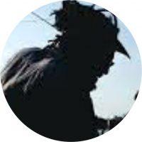 """Veracidade, como é conhecido, Mauro Neri, preto com origem na periferia de São Paulo, educador, artista plástico, grafiteiro e pichador. Corresponsável pelos movimentos Imargem, Cartograffiti e Infograffiti; projetos de arte, educomunicação, meio ambiente e direito à cidade. Expõe nas ruas e instituições no Brasil e no mundo. Age a partir das margens produz na paisagem, imagens de gente, de casas e escritas com a palavra """"ver"""" em percursos de acessos para além das fronteiras."""
