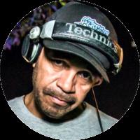 """Iniciou sua carreira de DJ em 1987, no ano seguinte fez dupla com MC Jack e participaram da primeira coletânea de Rap - Cultura de Rua). Realizou a Battle Party (breaking) e foi jurado de vários campeonatos, tais como: """"Hip Hop DJs"""", DMC Brasil. Atualmente é um dos DJs do Berço do Hip Hop, da FSPB, da Batalha Final e colaborador na pesquisa Pedagogia Hip-Hop."""