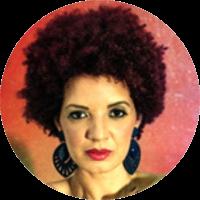 Doutoranda pelo Programa de Pós-Graduação em Humanidades, Direitos e Outras Legitimidades - Diversitas (USP), Mestra em Educação pela FEUSP - Faculdade de Educação da Universidade de São Paulo, Licenciada/Bacharelada em Educação Física. Diretora Executiva da Federação Paulista de Breaking, Diretora Técnica de Projetos e Normas Desportivas da Confederação Brasileira de Breaking, Dançarina de breaking, arte-educadora, pesquisadora, produtora do projeto Quadro Negro do Grupo Opni, Mentora do Guetto Crew (SP) de danças urbanas e do Coletivo Wolts (PE) de moda Hip-Hop. Autora do livro A pedagogia Hip-Hop: consciência, resistência e saberes em luta (Appris).